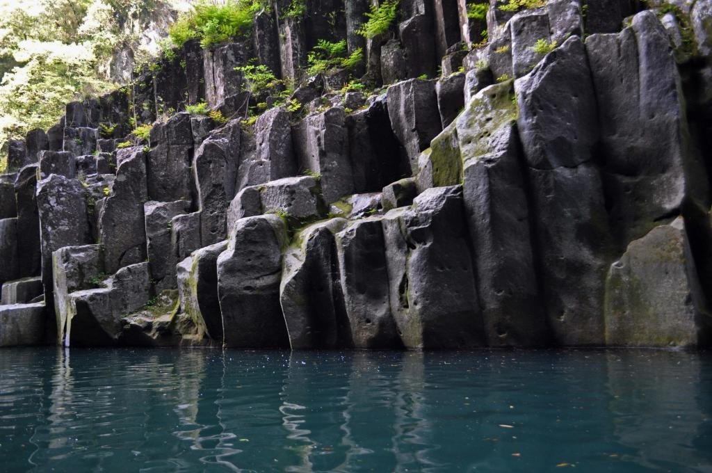 Die durch den Fluss Gokase geformten Stein-Säulen in der Takachiho Klamm.