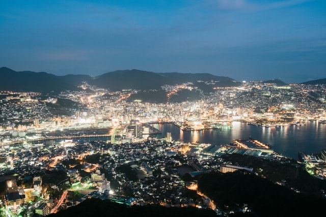 Die Hafenstadt Nagasaki bei Nacht.