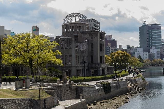 Das Friedensdenkmal befindet sich am Rande des Friedensparks mitten in der Stadt Hiroshima.