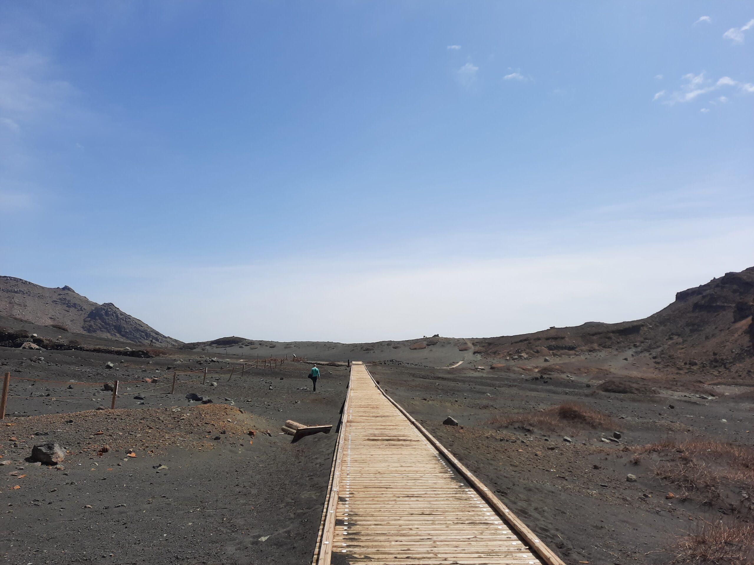Start eines Wanderweges auf Berg Aso