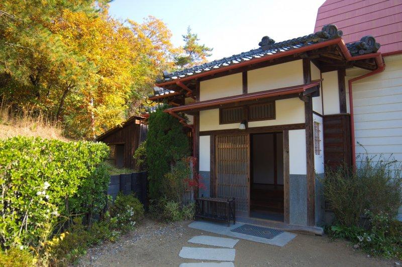 Der Eingang von Sastsuki und Meis Haus.