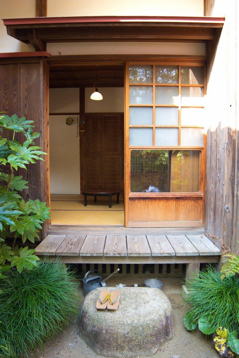 """Auch die Veranda gleicht der Kulisse aus """"Mein Nachbar Totoro""""."""