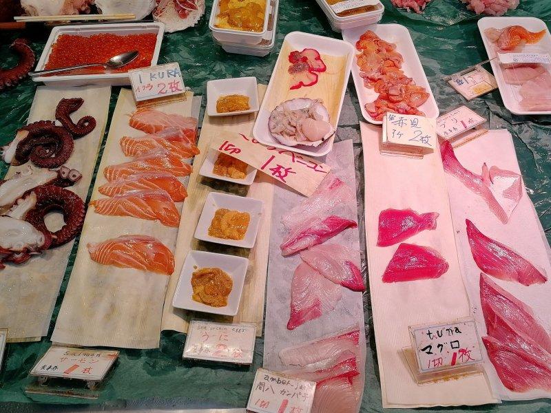 Portioniertes Sashimi auf dem Fischmarkt.