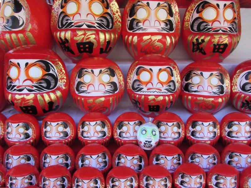 Daruma Puppen findet man überall auf der Narita Omotesando.