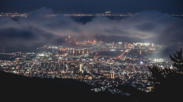 Selbst mit Wolken bietet Kobe bei Nacht einen beeindruckenden Anblick.