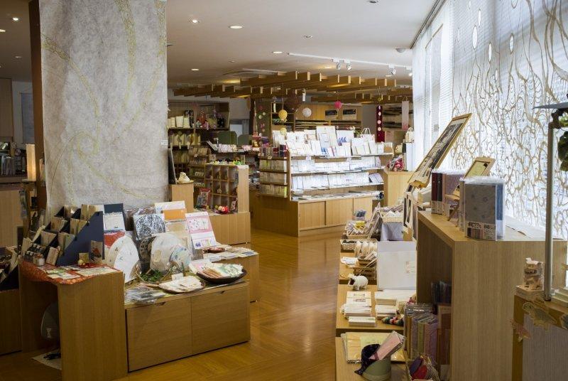 Im Souvenir Shop findet man viele Washi Produkte.