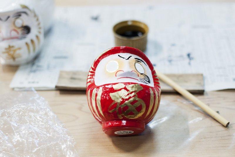 Bei einem Workshop kann man seine eigene Daruma Puppe bemalen.