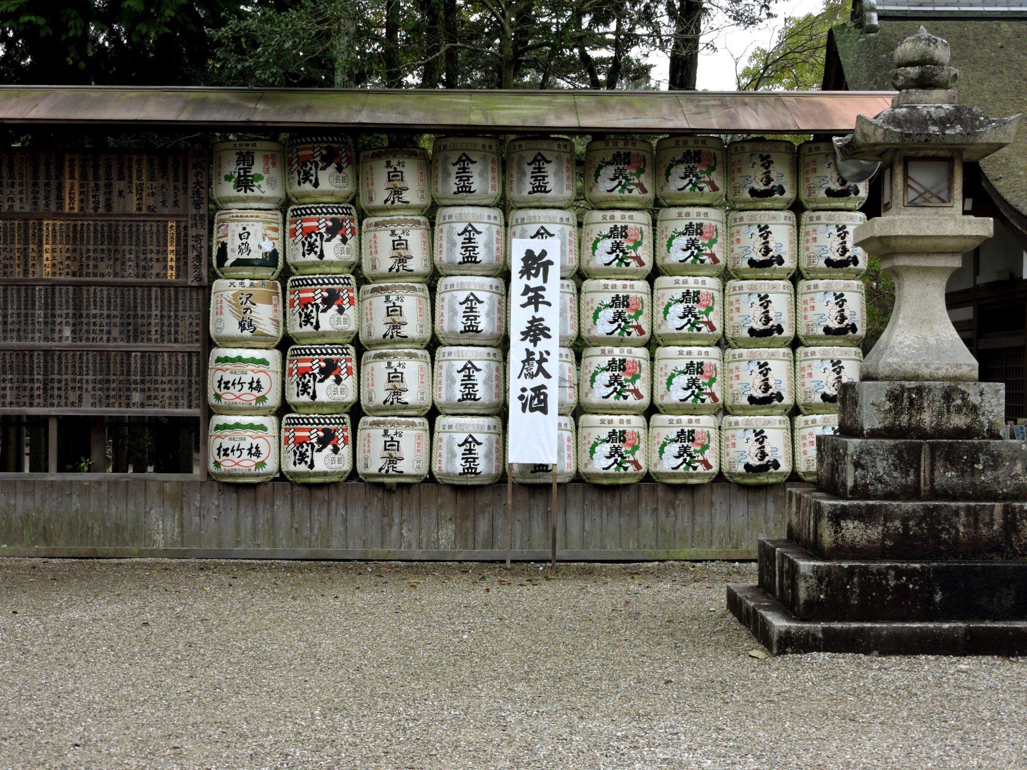Sake Fässer im Izanagi Schrein.