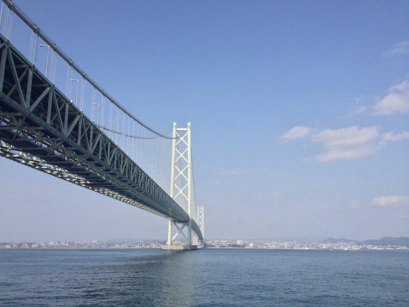 Blick auf die Akashi Kaikyo Brücke.