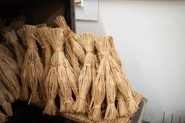 Natto wird traditionell in Reisstroh gewickelt.