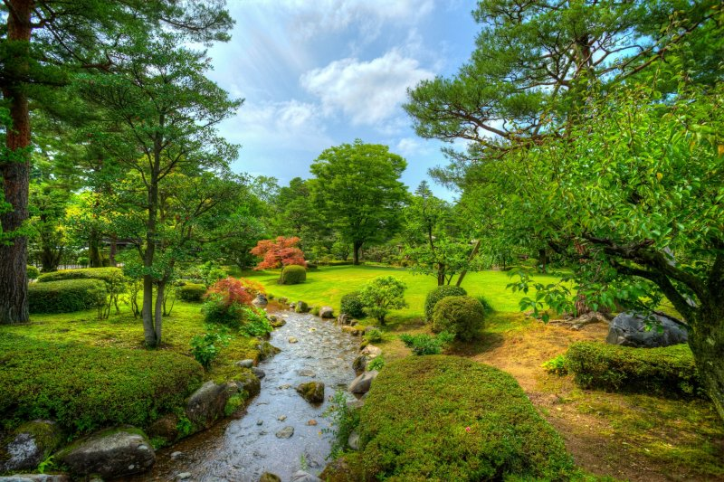 Kleine Pfade und Bäche führen durch den Garten.