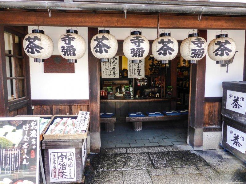 Kleine Geschäfte an der Uji Byodo-in Omotesando Straße.