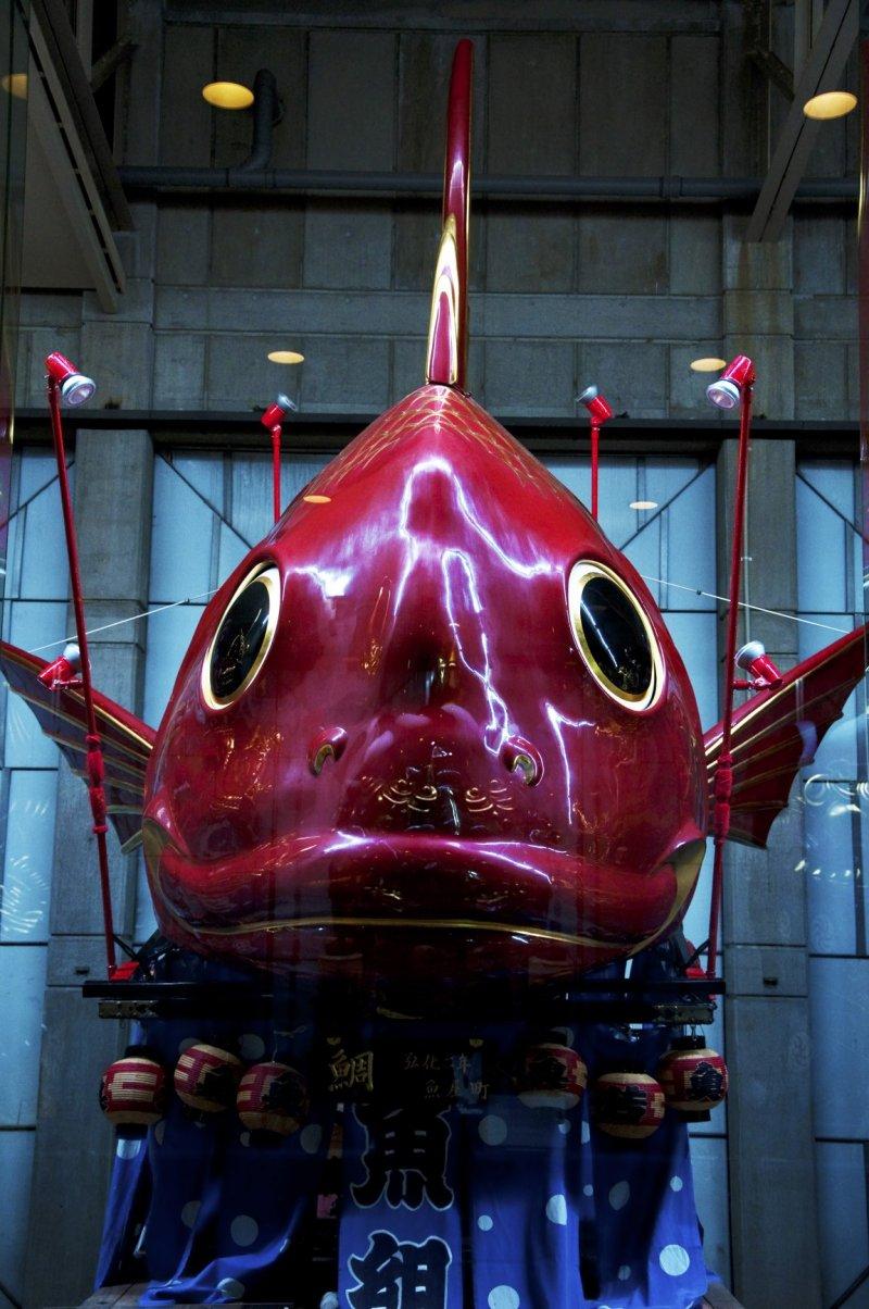 Der beliebte rote Tai Fisch Hikiyama repräsentiert den Distrikt Uoya-machi (1845).