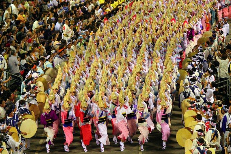 Awa Odori Tanz beim größten Straßenfest Japans.