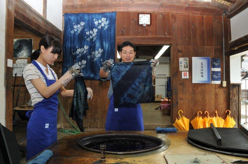 Indigo-Färben im Ai-no-Yakata Handwerksmuseum.