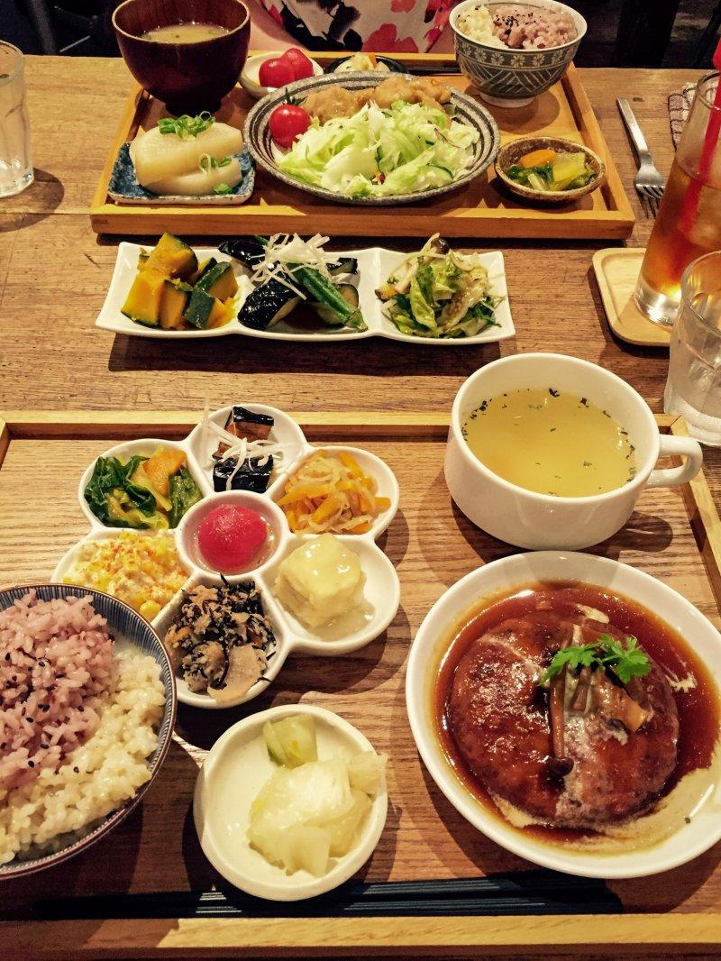 Verschiedene vegetarische Gerichte im Mumokuteki Restaurant, Kyoto.