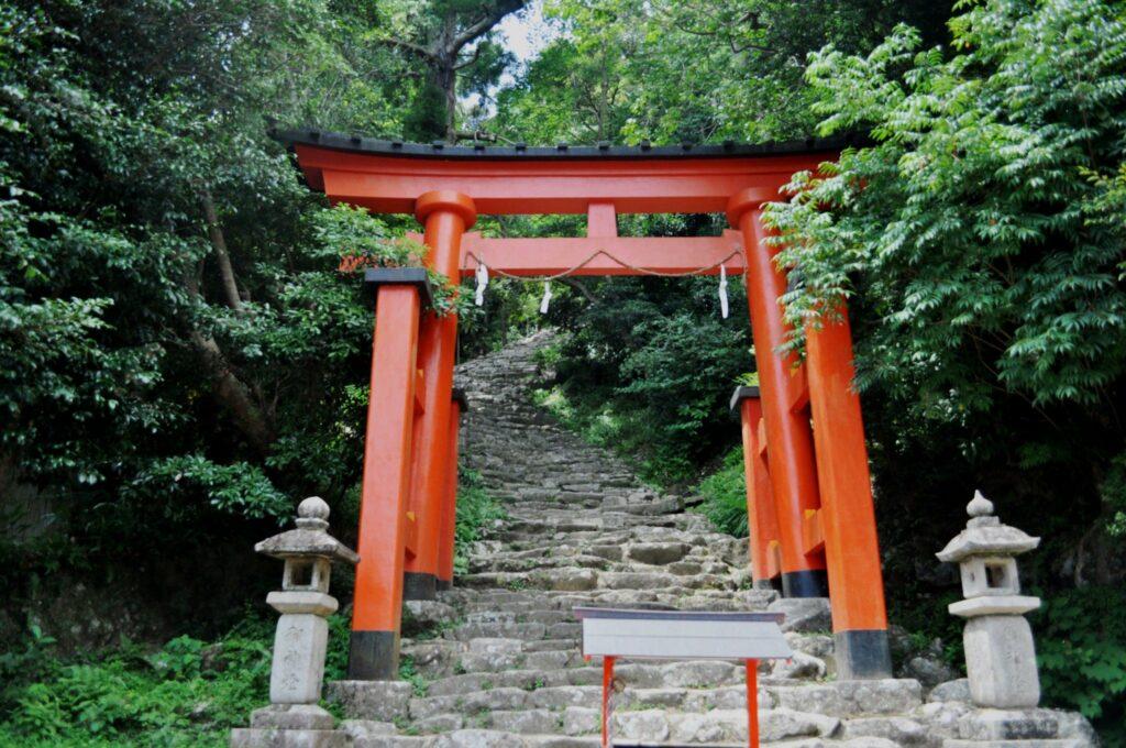 Beginn der Steintreppen, die zum Kamikura-jinja-Schrein führen, Wakayama.