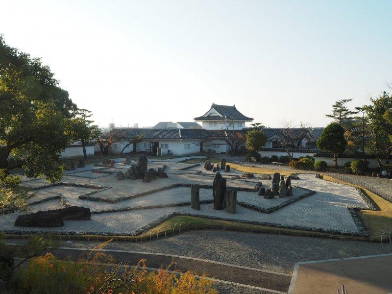 Blick auf den modern anmutenden Steingarten.